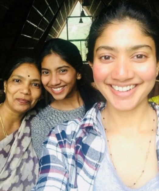 Pooja Kannan with her mom and sister